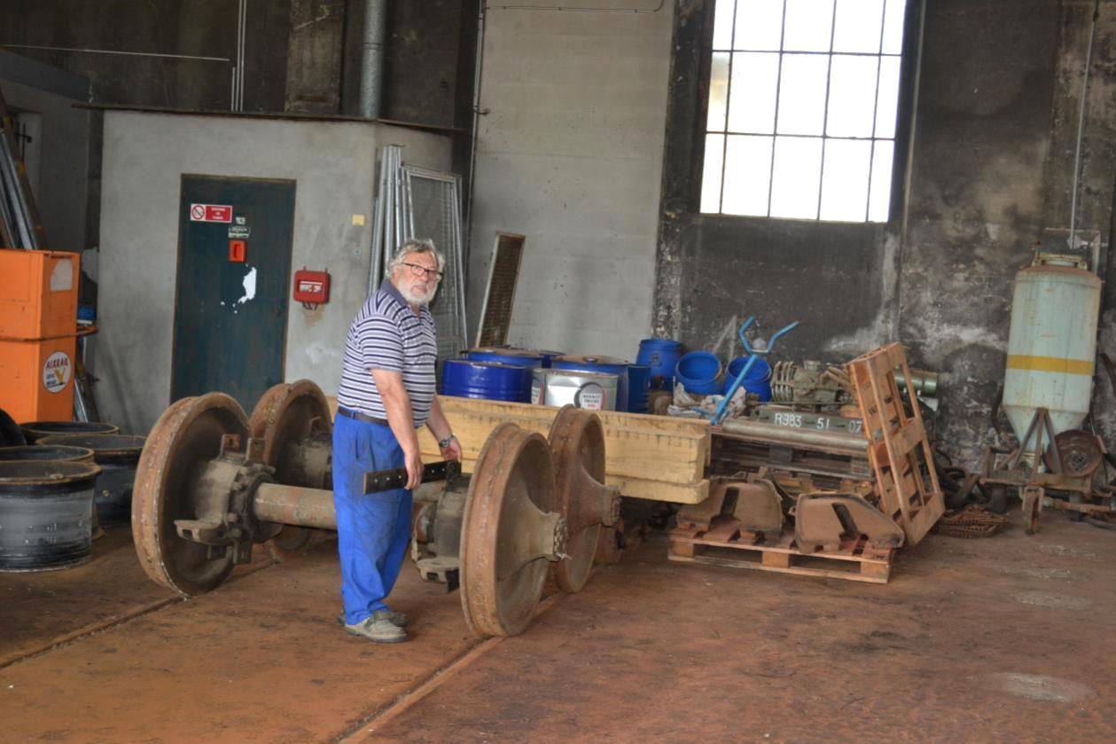 Notre spécialiste de la ferronnerie prépare le support qui servira à recevoir le moteur MGO de l'X 2866