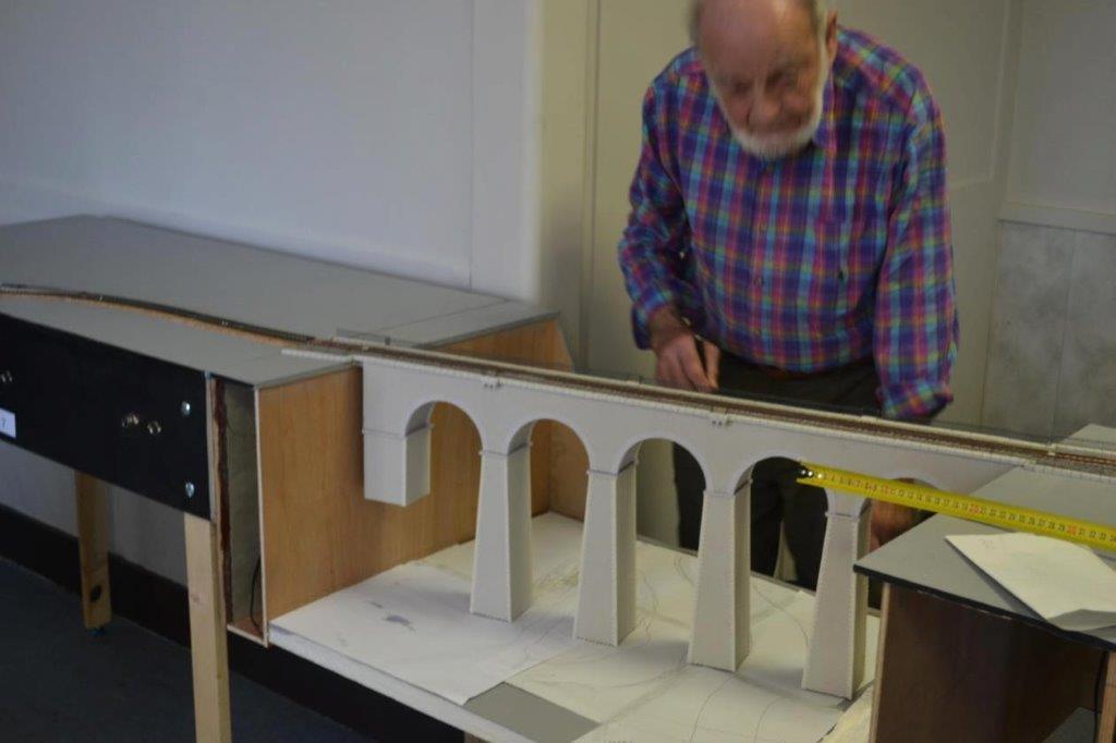 Jean tire les plans sur le futur décor de l'environnement du viaduc