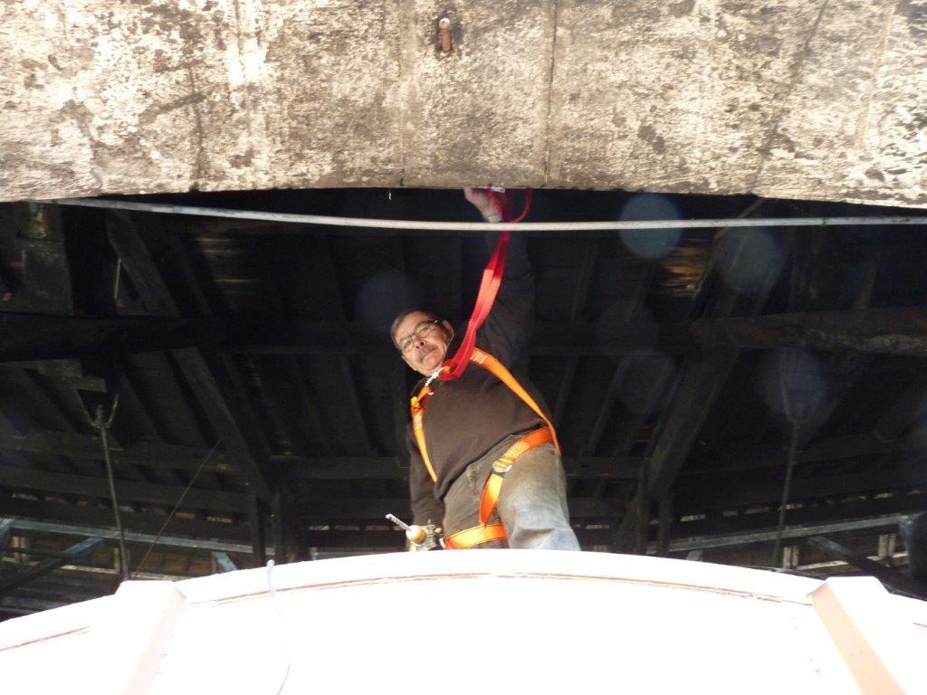Fixation des ancrages pour la ligne de vie, en prévision de la remise en peinture du toit du wagon atelier